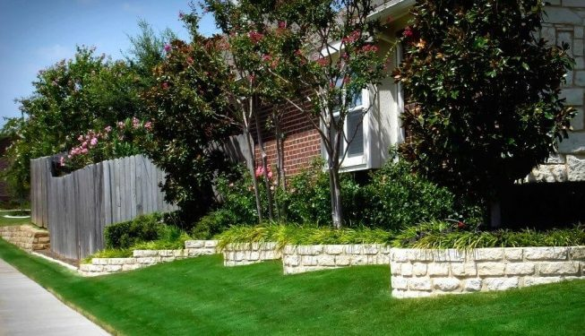 Staggered, curved retaining wall